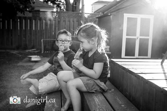 Informal fun photo portraits of a family in Ottawa by Danielle Donders